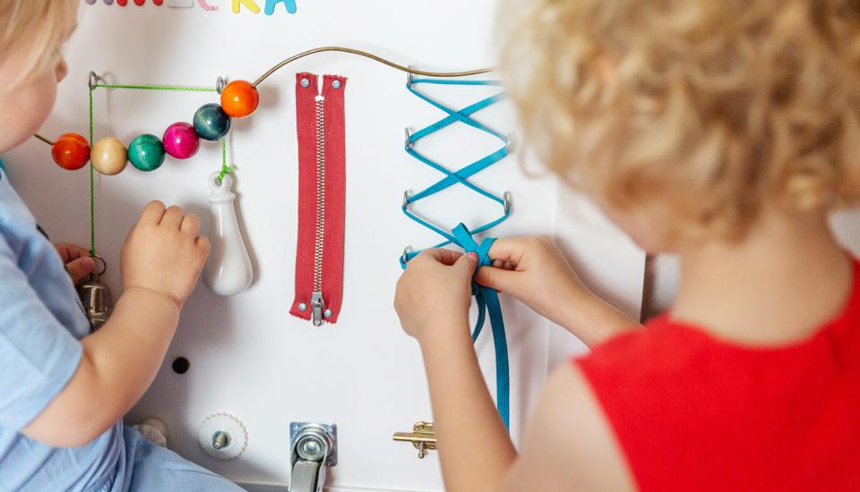 """Jak zrobić """"busy board"""", tablicę manipulacyjną dla dzieci"""