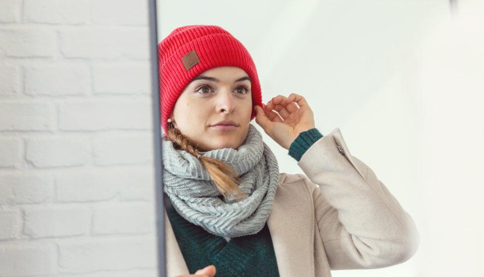 Test fryzur pod czapką – czy wytrzymały?