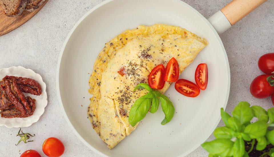 Omlety są doskonałe na śniadanie ikolację. Co zrobić, aby były puszyste?