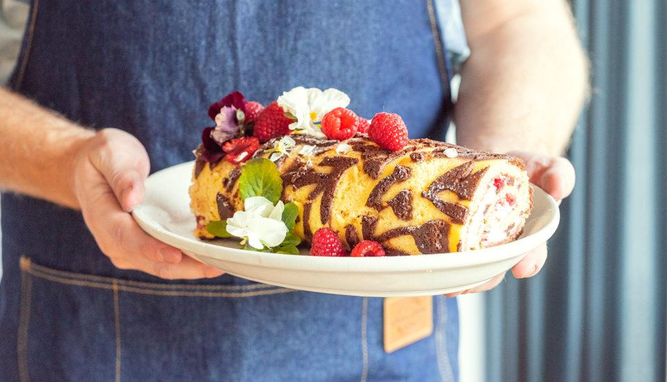 Przepis na puszystą roladę isposoby na ozdobienie ciasta