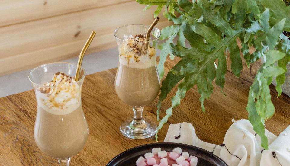 Mrożona Mocha Affogato ze słonym karmelem na bazie kawy rozpuszczalnej